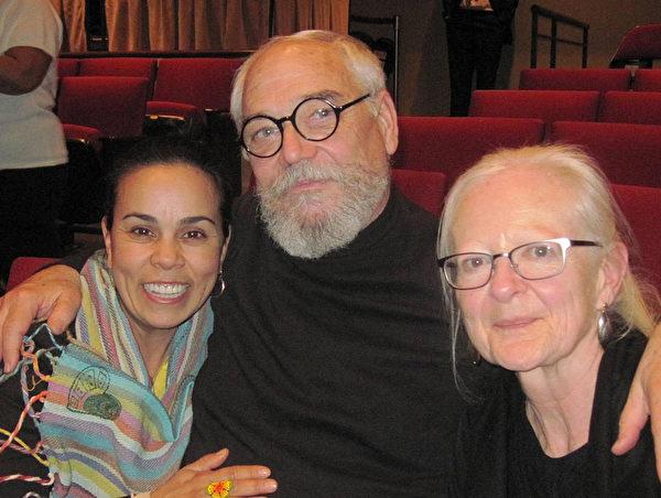 图:拥有45年摄影经验的专业摄影师及图像设计师Bruce Shortz先生先生与太太和女儿前来观看神韵。他们都表示被神韵之美所震撼。(李书颖/大纪元)