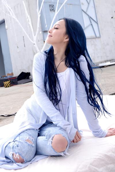 张韶涵穿着波希米亚风的春装,顶着低温在11楼高的楼顶拍摄。(天涵音乐提供)