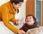 成年的女儿照顾身体不适的母亲。(Fotolia)
