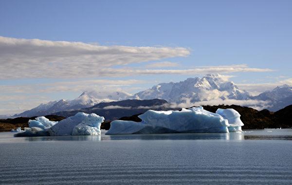 阿根廷圣克鲁斯省阿根廷湖上的冰山。(MARIO GOLDMAN/AFP)