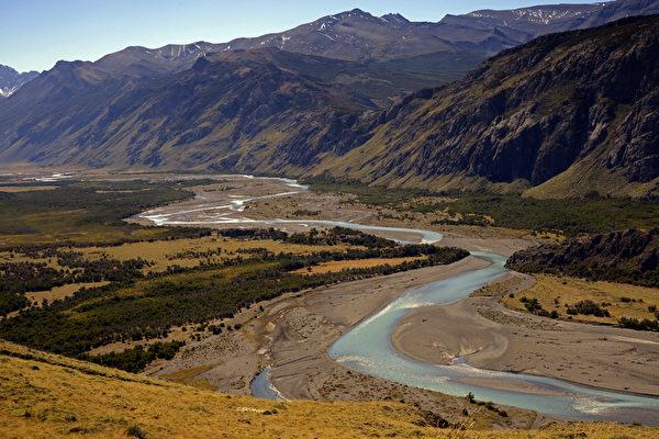 阿根廷El Chalten镇附近蜿蜒曲折的Rio de las Vueltas河。(MARIO GOLDMAN/AFP)