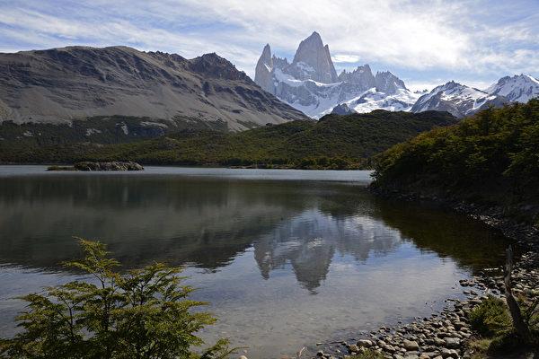 阿根廷冰川国家公园内的卡普里潟湖和远处的菲茨罗伊山。(MARIO GOLDMAN/AFP)