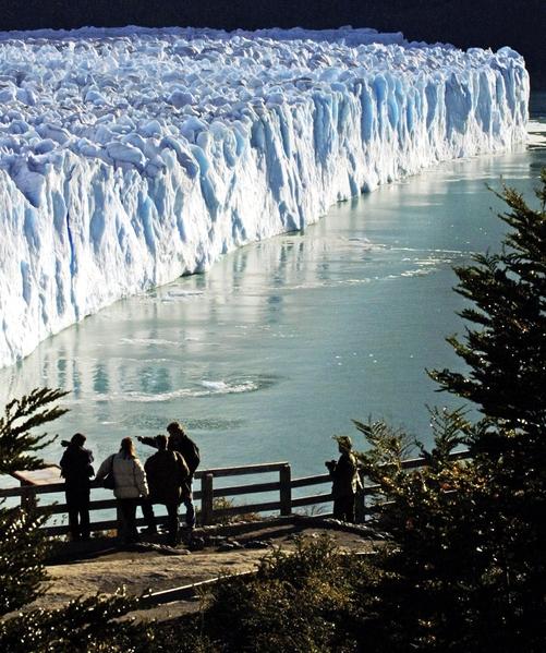游客欣赏阿根廷冰川国家公园内的莫雷诺冰川。(DANIEL GARCIA/AFP)