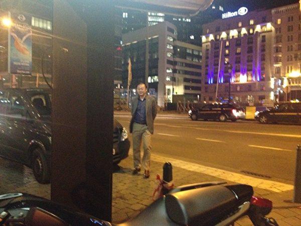 3月28日晚,大使館的車停在酒店門前,不少華人面孔的人走來走去,照片中的這位中年男子在到處打聽消息。他也是今年年初在歐洲議會神韻歡迎會上,自稱是來自「中共媒體」的人,在現場指揮其他幾個「中共媒體」人活動的頭目之一。(大紀元圖片)