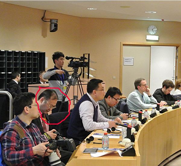 3月28日晚,大使館的車停在酒店門前,不少華人面孔的人走來走去,一名中年男子在到處打聽消息。他(左二)也是今年年初在歐洲議會神韻歡迎會上,自稱是來自「中共媒體」的人,在現場指揮其他幾個「中共媒體」人活動的頭目之一。(大紀元圖片)