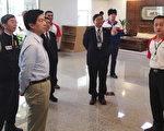 叶欣诚副署长(白上衣)欣兴电子听取简报,就推动环保管理及污染防制的经验交换意见。(徐乃义/大纪元)