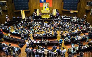 """""""318青年占领立法院""""进入第10天,目前学生团体持续占领立法院议场。(陈柏州/大纪元)"""