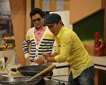 沈玉琳和潘若迪一組,兩人負責煮『糖醋雞片』。(超視提供)