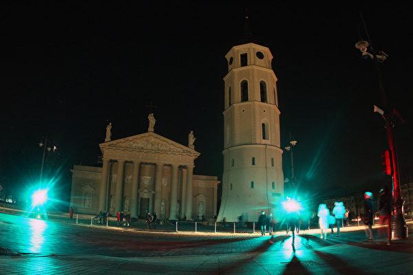 全球150個國家約7,000座城市,29日響應「地球一小時」(Earth Hour)熄燈活動。圖為立陶宛維爾紐斯大教堂。(PETRAS MALUKAS/AFP)