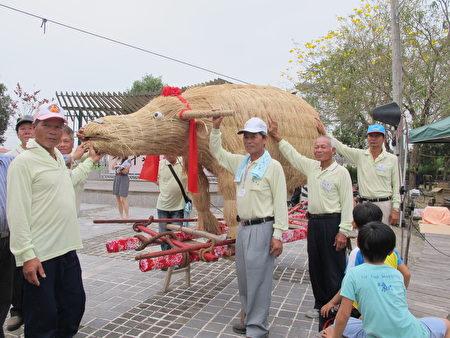 村民摸春牛祈求年年平安好运。(廖素贞/大纪元)