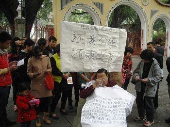 邓彩娟的母亲在向众人述说女儿遭受的迫害。(《明慧網》)