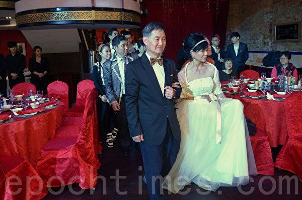 """30日共20对来自""""香港聋人协进会""""的长者参加名为""""关心关爱关怀长者回忆婚礼""""的慈善午宴婚礼。20对长者穿上中式或西式礼服,攞出各种恩爱的姿势,有深情互吻表达爱意,场面温馨。(宋祥龙/大纪元)"""