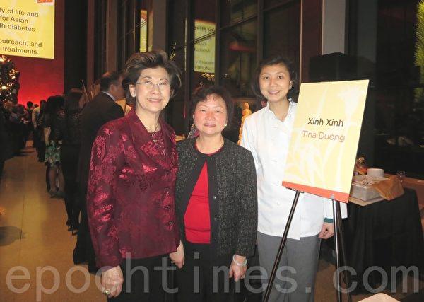 中国城星星餐馆老板杨秀凤(右)与母亲(左)及同伴为一匙姜活动准备美食。(秦川/大纪元)
