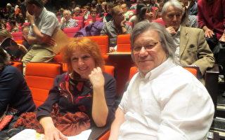 服装教师和她的丈夫在神韵演出的中场休息。(德龙/大纪元)