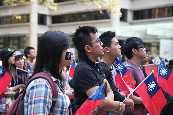 台灣反服貿風延燒至澳大利亞悉尼,當天有一百多位台灣年輕人在悉尼市政廳廣場前舉行反服貿的《捍衛民主守護台灣》集會。(大紀元)