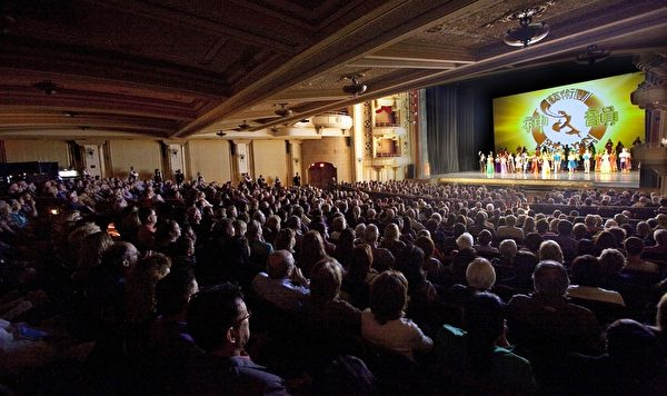 3月30日下午和晚間,美國神韻紐約藝術團2014年巡演在南加州度假勝地聖巴巴拉市格拉納達劇院(Granada Theatre)的最後兩場演出圓滿落幕,繼續了座無虛席一票難求的盛況。(季媛/大紀元)