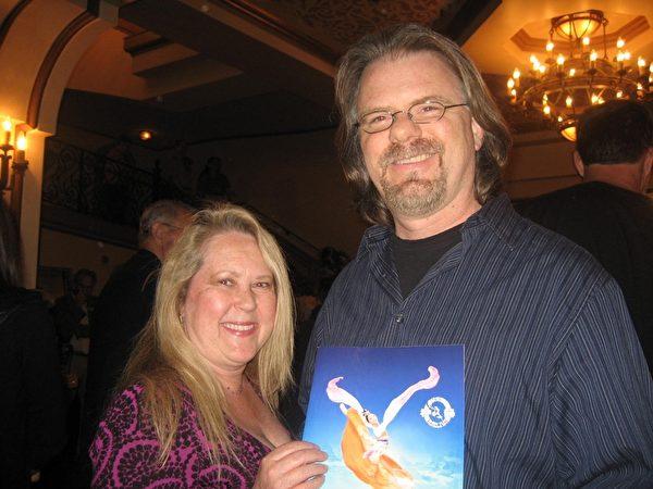 2014年3月30日下午,《玩具總動員2》編劇道格拉斯•張伯倫(Douglas-Chamberlin)與太太(Caroline -Chamberlin)觀看了美國神韻紐約藝術團在南加州聖巴巴拉市格拉納達劇院(Granada Theatre)的第二場演出,他驚歎神韻大膽創意,震撼人心。(李清怡/大紀元)