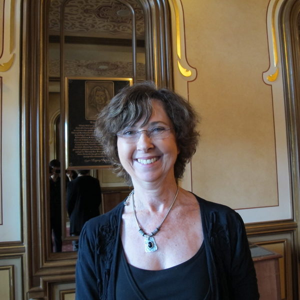 財務經理Shirley Moore認為演出傳奇般美好,是一生必看的演出。(曾容格/大紀元)