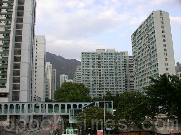 香港的楼价依然高企,不少市民蜗居在狭小的公屋里面,生活窘迫。(大纪元资料图片)