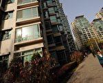 """SOHO中国董事长潘石屹日前表示,2014年中国大陆房价面临全面下跌的压力。自三月下旬上海陆续有开发商开始低调降价以来,大陆四大一线城市房价""""安全岛""""已经全部""""沦陷"""",3月份土地市场骤然降温。专家表示,楼市风险高悬已经清晰可见。图为北京某小区。(法新社)"""