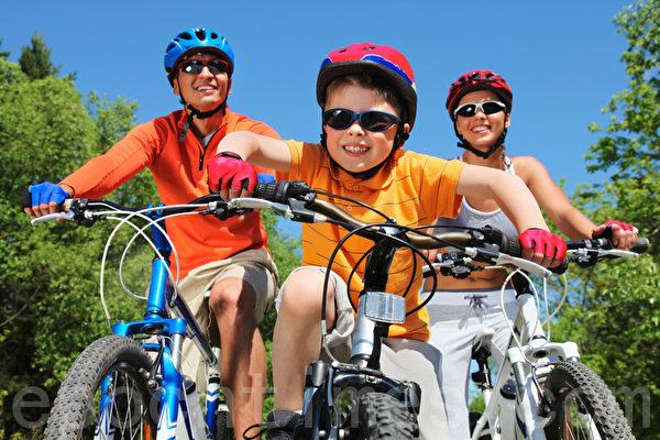 假日安排一些游泳、爬山、騎腳踏車等家庭活動,以運動達到放鬆肌肉的緊張度。(Fotolia)