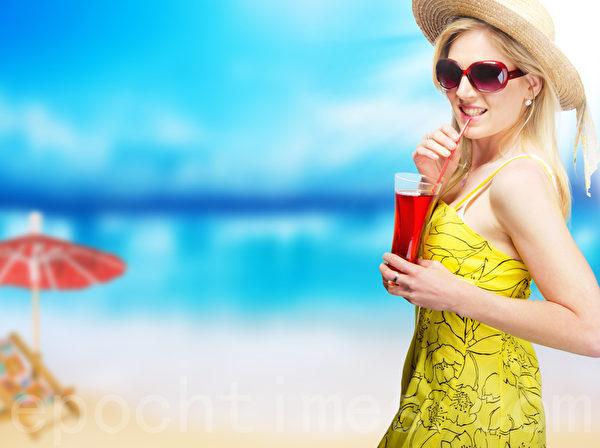 雙職婦女可偕同好朋友到海邊享受陽光,輕鬆聊天交換生活經驗。(Fotolia)