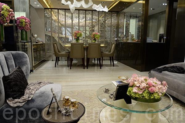 私楼在香港售价高昂,平均每尺高达1万元,令不少有望置业的市民,望楼兴叹。图为今年开售的一个香港私人楼盘示范单位。(宋祥龙/大纪元)