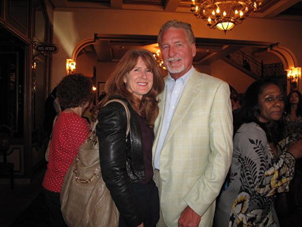 退休开发商Charlie Knight和友人Cristie Marks赞神韵演出壮观华丽、技巧惊人。(刘菲/大纪元)