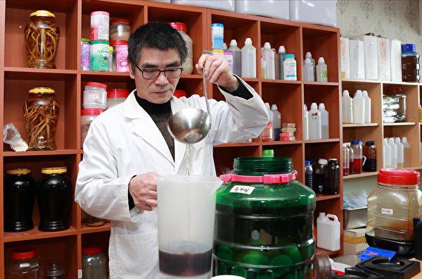 """""""神秘花""""纯天然化妆品发明者、汉方香皂第一人金钟海。(全宇/大纪元)"""