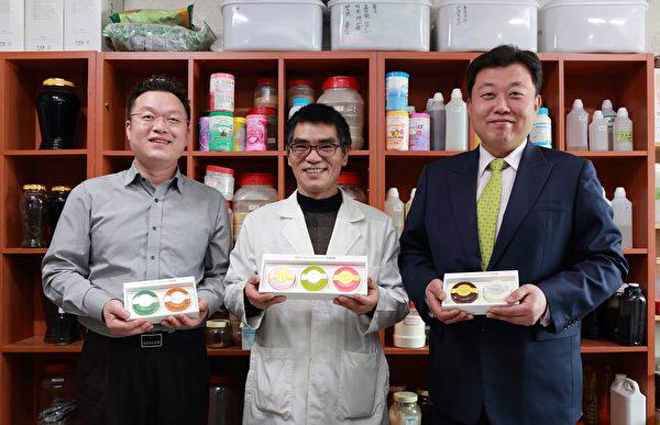 韩国汉方香皂第一人金钟海与他的研究团队。(全宇/大纪元)