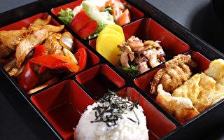 含有米飯、炸餃子、炸魚餅、沙拉、泡菜、雞肉、八爪章魚的特價營養午餐。(張學慧/大紀元)