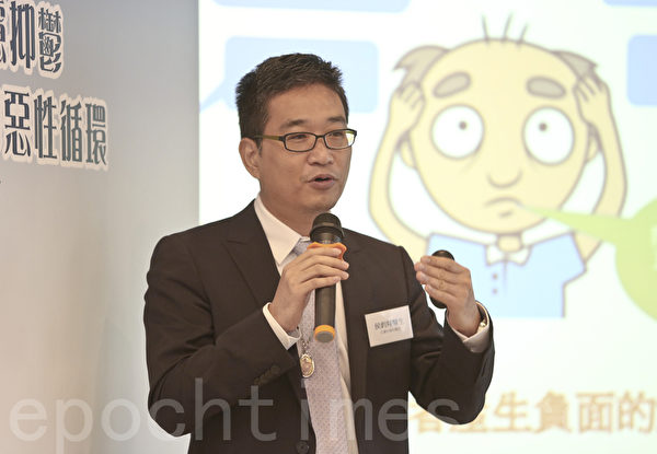 皮肤科专科医生侯钧翔说,如果每天掉发超过120条,就可能是脱发的先兆。(余钢/大纪元)