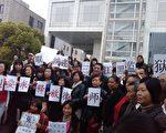 4月2日,三千多訪民聚集在上海市政府前,聲援在黑龍江建三江被抓的律師。目前,建三江事件中被非法拘留、毆打的四位人權律師仍被羈押,當局不但不准會見,還公開誣衊四位律師和法輪功,引起廣大民眾和律師界的憤慨。(知情者提供)