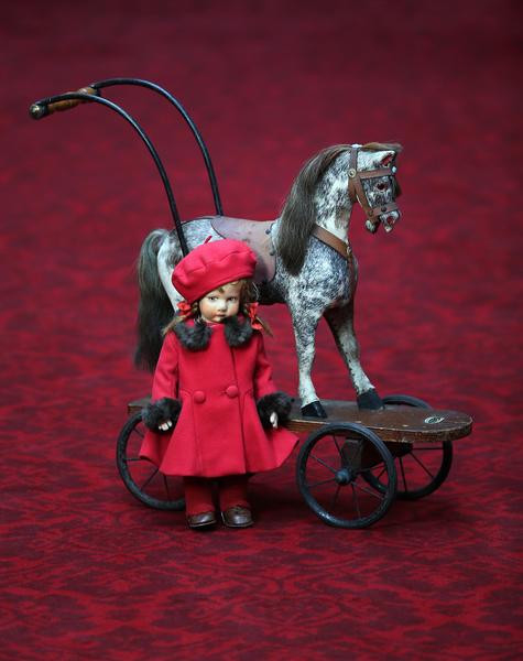 英国女王伊丽莎白二世小时候玩过的娃娃和木马。今年7月26日至9月28日的两个多月时间里,这些玩具将和其它罕见,甚至从未公开过的皇家收藏品一同在白金汉宫与世人见面。(Peter Macdiarmid/Getty Images)
