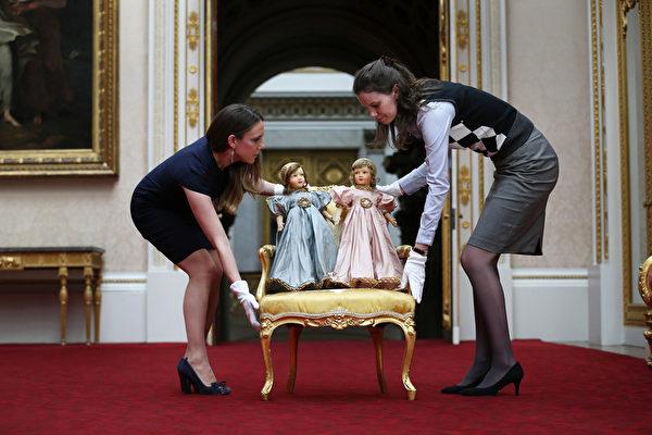 英国女王伊丽莎白二世小时候玩过的娃娃。今年7月26日至9月28日的两个多月时间里,这些玩具将和其它罕见,甚至从未公开过的皇家收藏品一同在白金汉宫与世人见面。(Peter Macdiarmid/Getty Images)