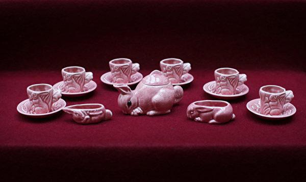 英国女王伊丽莎白二世小时候玩过的茶具。今年7月26日至9月28日的两个多月时间里,这些玩具将和其它罕见,甚至从未公开过的皇家收藏品一同在白金汉宫与世人见面。(Peter Macdiarmid/Getty Images)
