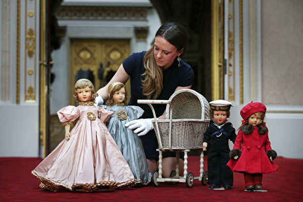 英国女王伊丽莎白二世小时候玩过的娃娃和婴儿车。今年7月26日至9月28日的两个多月时间里,这些玩具将和其它罕见,甚至从未公开过的皇家收藏品一同在白金汉宫与世人见面。(Peter Macdiarmid/Getty Images)