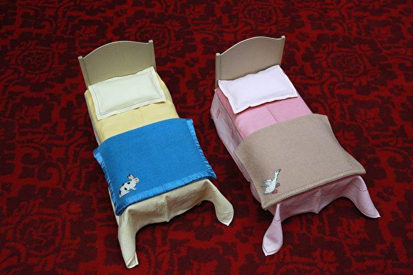 英国女王伊丽莎白二世小时候玩过的婴儿床。今年7月26日至9月28日的两个多月时间里,这些玩具将和其它罕见,甚至从未公开过的皇家收藏品一同在白金汉宫与世人见面。(Peter Macdiarmid/Getty Images)