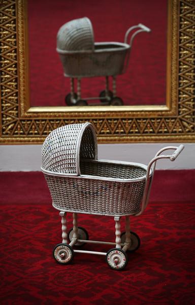 英国女王伊丽莎白二世小时候玩过的婴儿车。今年7月26日至9月28日的两个多月时间里,这些玩具将和其它罕见,甚至从未公开过的皇家收藏品一同在白金汉宫与世人见面。(Peter Macdiarmid/Getty Images)