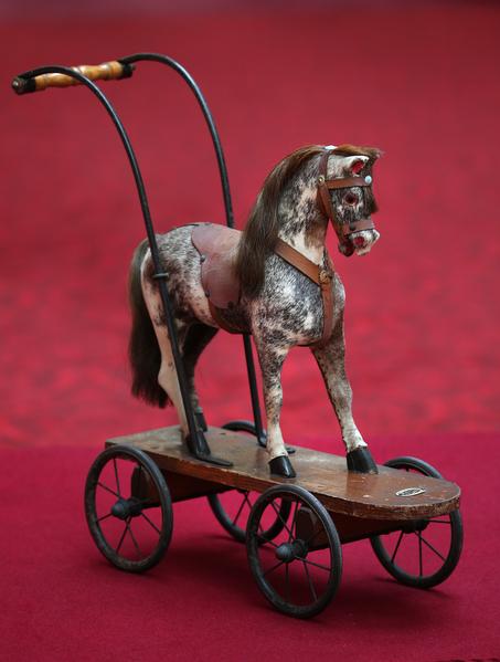 英国女王伊丽莎白二世小时候玩过的木马。今年7月26日至9月28日的两个多月时间里,这些玩具将和其它罕见,甚至从未公开过的皇家收藏品一同在白金汉宫与世人见面。(Peter Macdiarmid/Getty Images)