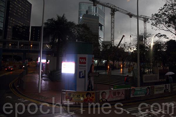 「江蛤蟆」潛伏深圳,香港異常天氣持續。昨日中午時分忽然雷雨大作,烏雲蔽日,灣仔市面白晝猶如黑夜。(潘在殊/大紀元)