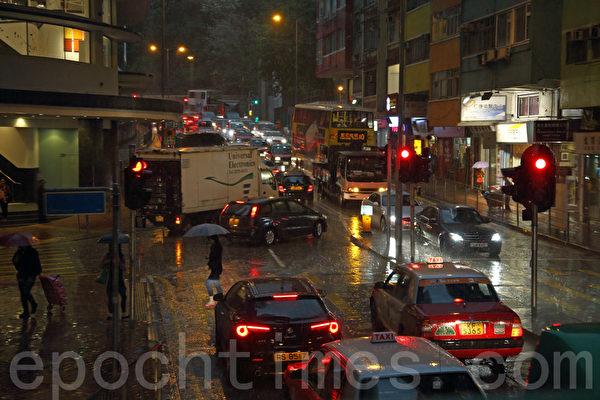 「江蛤蟆」潛伏深圳,香港異常天氣持續。4月2日中午時分忽然雷雨大作,烏雲蔽日,灣仔市面白晝猶如黑夜。(潘在殊/大紀元)