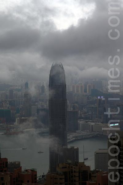 有消息指蛤蟆精轉世的前中共國家主席江澤民近幾日潛伏深圳,香港果然異象連連。4月2日上午香港上空烏雲蔽日,上演正邪大戰。(潘在殊/大紀元)