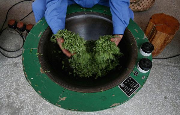 焙茶,即用温火烘茶。(图/Getty Images)