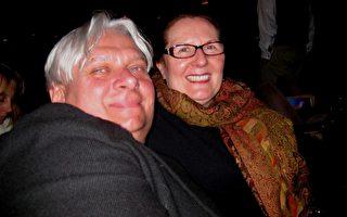 Boguslaw Sankowski先生是一位服装设计师,开有自己的服装店,他和芝加哥歌剧院客户部负责人Lucy女士共同观看了神韵演出。(苏筱/大纪元)