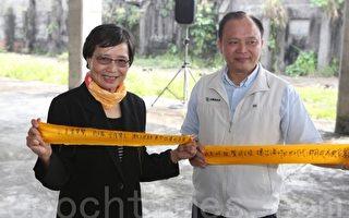 宜蘭縣長林聰賢(右)與南榕基金會終身志工葉菊蘭女士(左)在黃絲帶上寫上「我主張。……」。(曾漢東/大紀元)