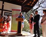 """费城市议员Desiree Peterkin-Bell在新闻发布会上(中),代表费城市政府祝贺第17届""""费城速霸路(Subaru)樱花节""""开幕,并盛赞费城日美协会为促进美日 文化交流所做的贡献。身着日本节日盛装的小姑娘和大人一起共庆节日 (司瑞/大纪元)"""