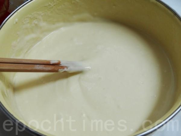 麵糊材料拌勻後靜置10分鐘備用。(攝影:彩霞/大紀元)