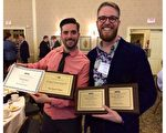 《大纪元时报》英文版的创意总监Seth Holehouse(右)及助理创意总监Robert Counts二人捧著获奖证书。在4月4日至5日举行的年度纽约媒体协会会议上,大纪元时报记者、摄影师和设计师荣获16项大奖。(大纪元)