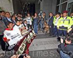 絕食爭普選的泛民成員到政府總部抗議,表達真普選的訴求,政總保安列隊排開,阻止示威者進入政總。(潘在殊/大紀元)